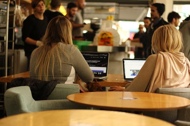 laptopy w kawiarni